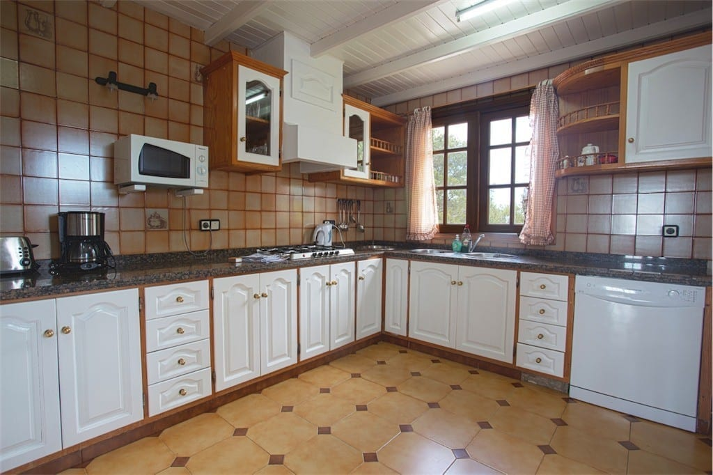 Large traditional kitchen with tiled floor