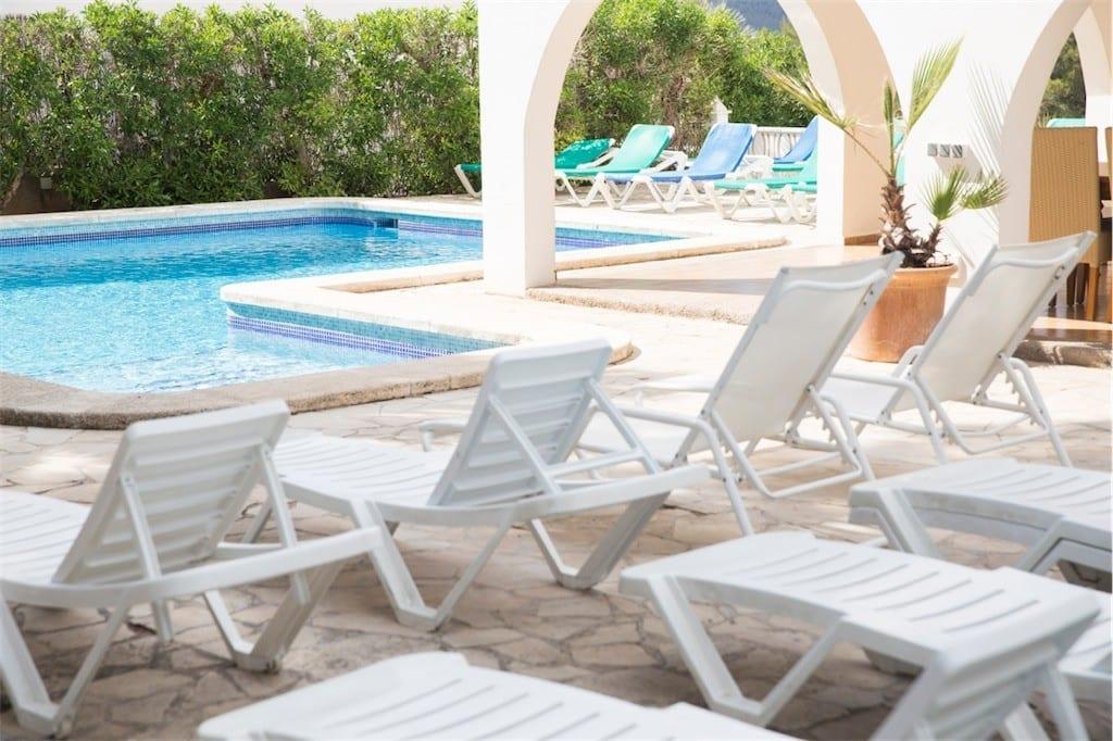 Sunbathing area at Villa Maria next to pool