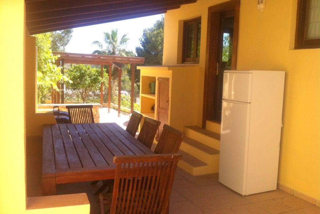 Side terrace with woodsen table and outside fridge