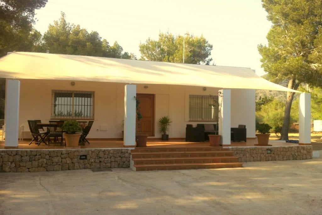 Large covered porch off Villa Tinto