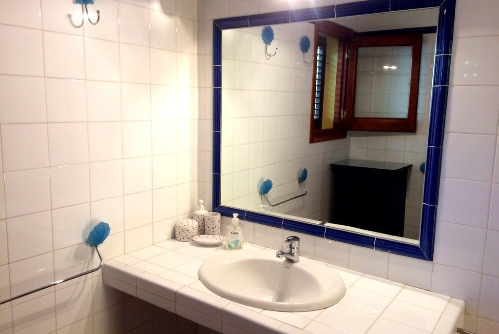 Tiled bathroom at Los Olivos