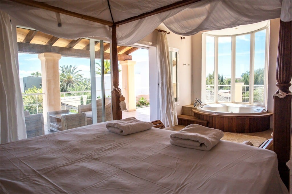 Master bedroom with Jacuzzi bath at Villa Tom