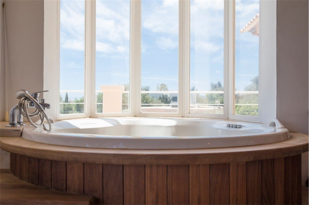 Round Jacuzzi Bath at Villa Tom