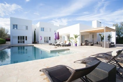Spacious 5 bedroom villa and pool