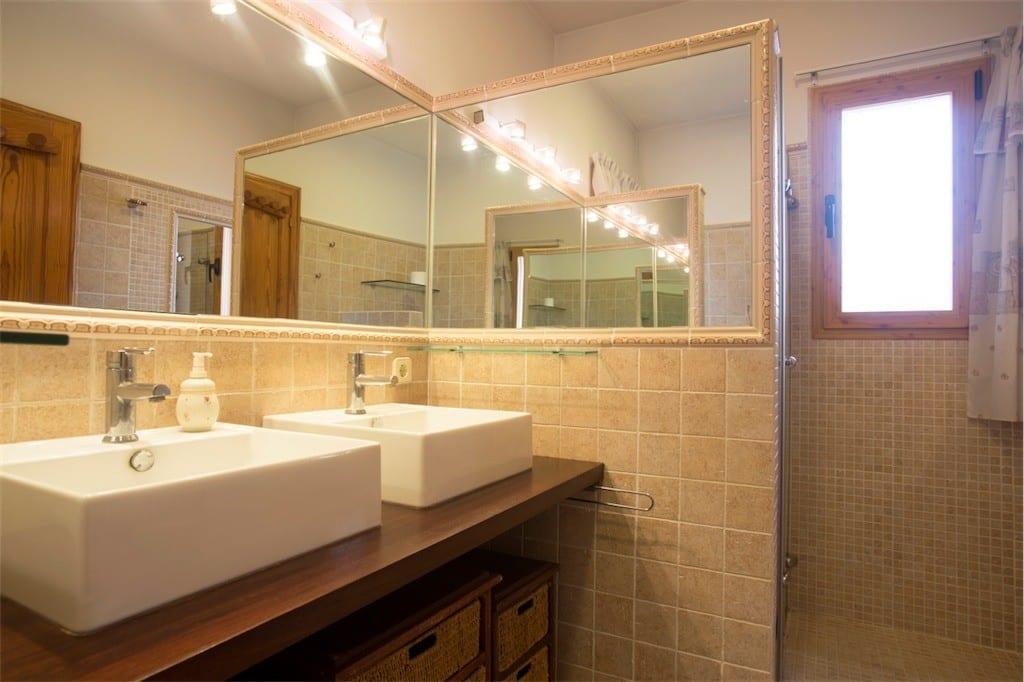 Modern shower tiled shower room