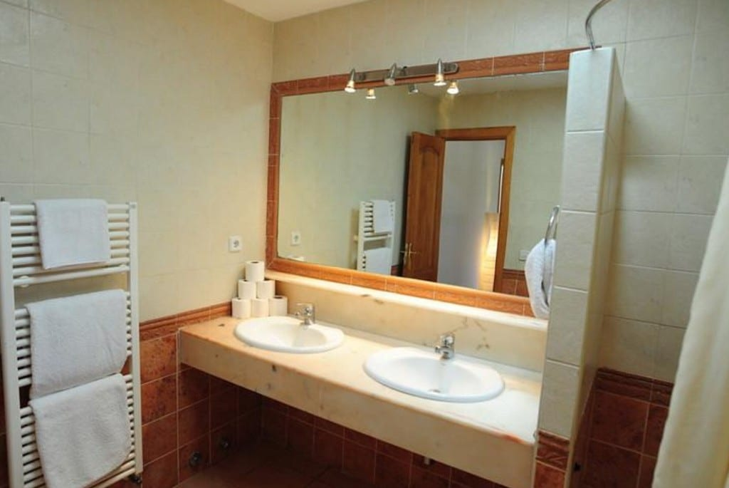 Double sink in shower room at Villa Tinto