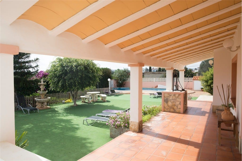 Covered rear terrace and garden at Villa Saroca