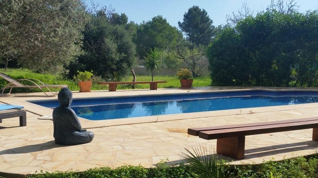 Large pool and spacious gardens at Villa Tinto