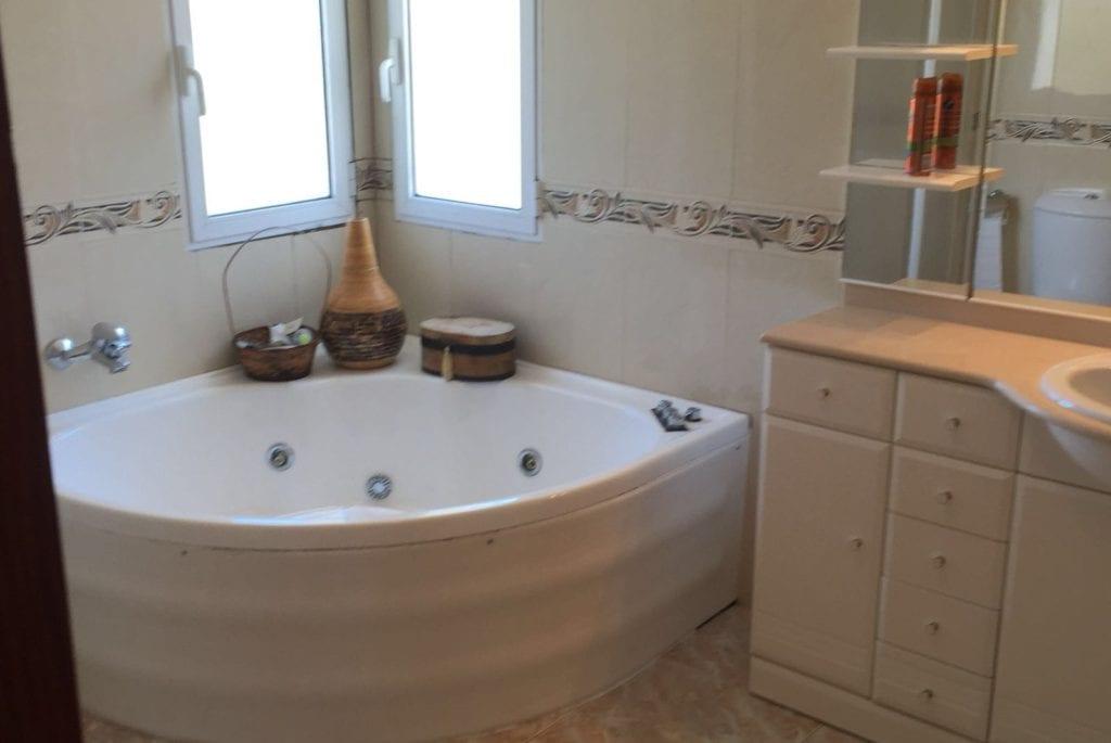 en suite jacuzzi bath