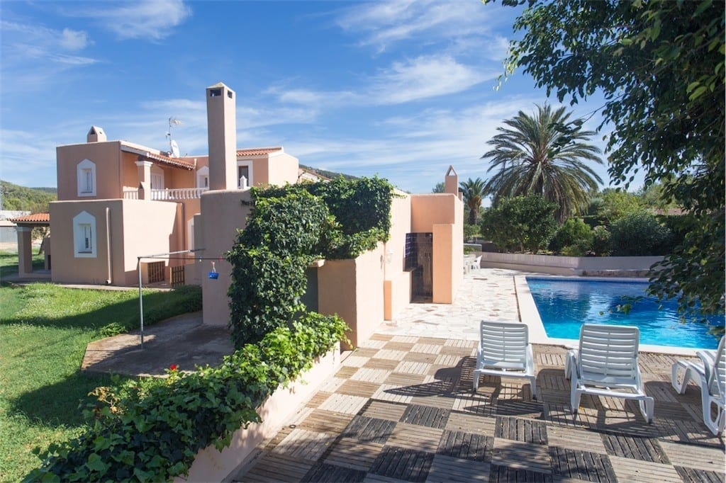 Side view of Villa Paquita and pool